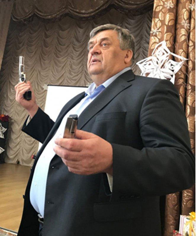 Петро Іванович демонструє зброю