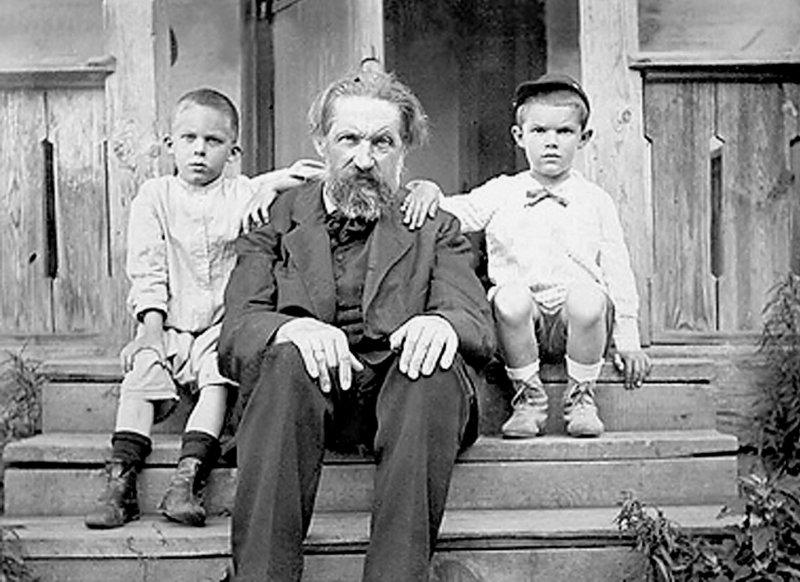 В.Л.Кирпичов з онуками. Зліва – Михайло  Леонтович – майбутній академік, справа – Віктор Радциг
