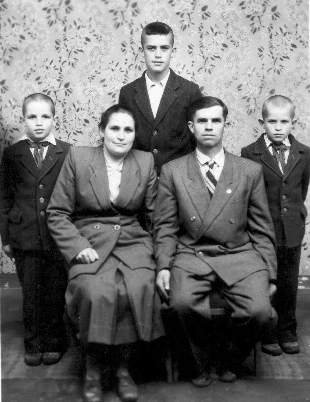 Родина Каденюків  мати з батьком, Леонід (ліворуч), брат-близнюк Сергій та старший брат Володимир