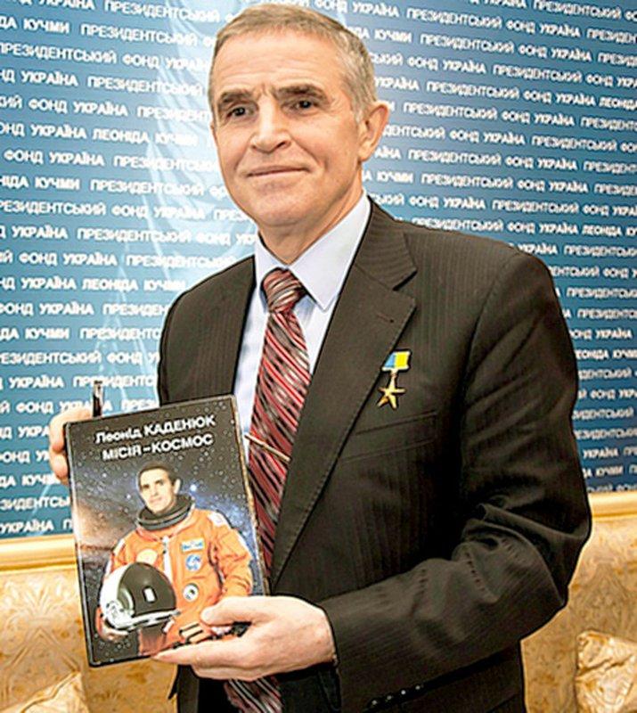 Л. Каденюк презентує свою книгу Місія – космос