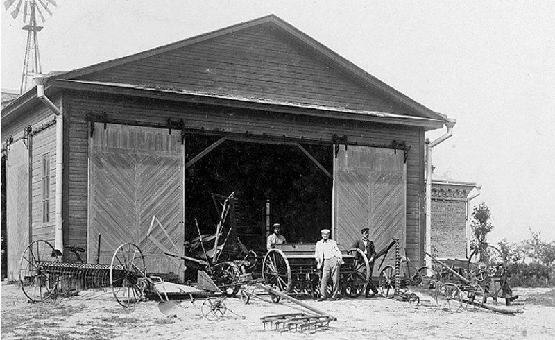 Дерев'яний сарай на станції для зберігання землеробських знарядь, 1902 р.