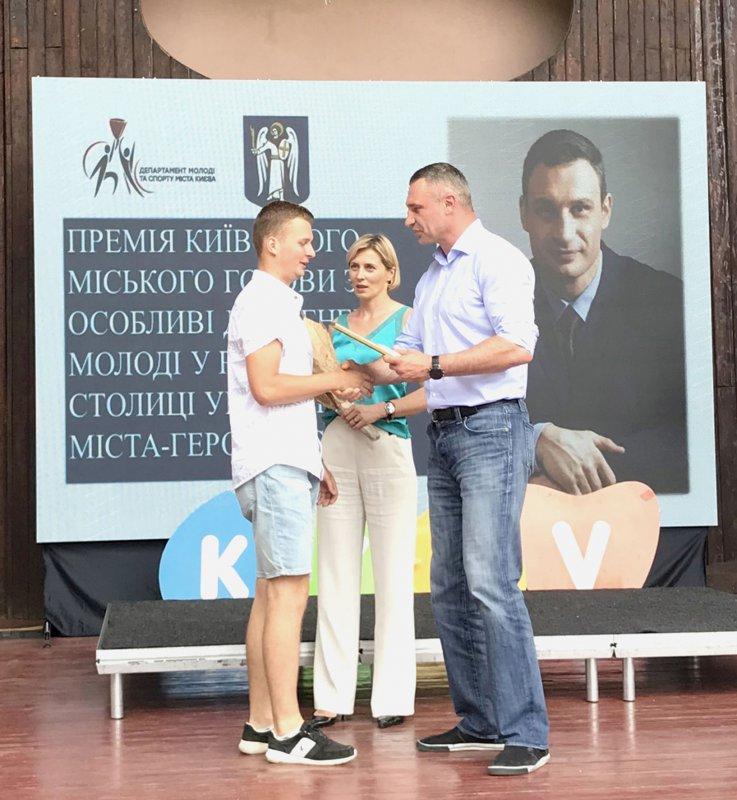 Мер Києва Віталій Кличко вручає премію студенту КПІ Олексію Рудому