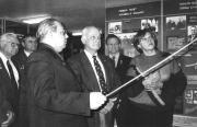 А.Г. Дормідонтов ознайомлює астронавта Бруса Мак Кандлеса  з експозицією музею, 1994 р.