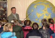 О.С.Болтенко ознайомлює школярів з глобусом Місяця