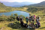 Туристи біля гірського озера