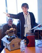 Костянтин Найдьон з експериментальною міні-моделлю системи стеження за Сонцем на базі приватного будинку