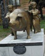 памятник свині
