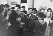 Ю.Гагарін та О.Пахмутова (праворуч) у школі №94 м. Києва