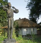 Пам'ятник О. Довженку біля будинку-музею на його батьківщині у с. Сосниця