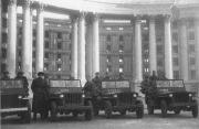 Розвідники штабу 1-го Українського фронту перед будинком ЦК КП(б)У на своїх джипах Вілліс, 6 листопада 1943 р.