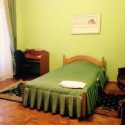 Гостьовий будиночок КПІ, ліжко і робоче місце