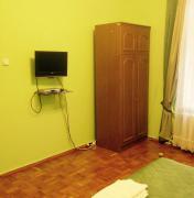 Гостьовий будиночок КПІ, телевізор і шафа